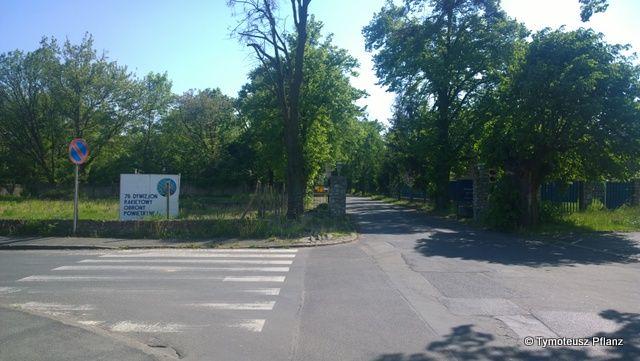 Brama wjazdowa od ul. Lotniczej.