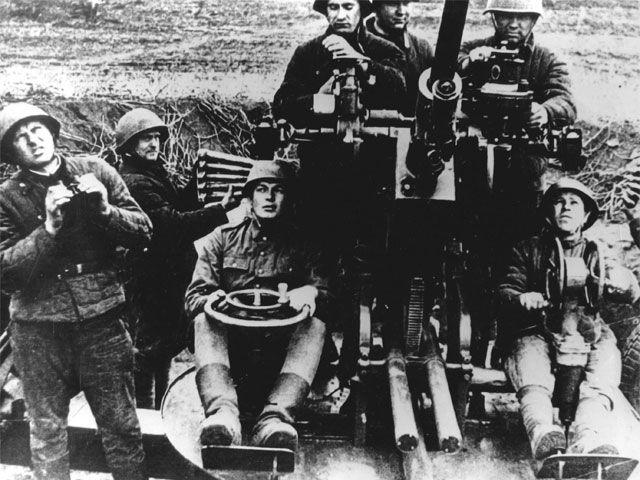 Armata 37 mm z obsługą.