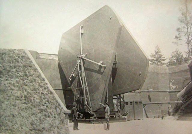 Antena śledzenia celów i rakiet stacji B-200 w elewacji.