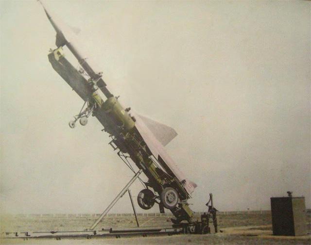 Załadunek rakiety na stół startowy.