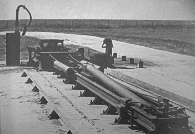 Stół startowy  i urządzenie podnośne rakiet SM-102A.