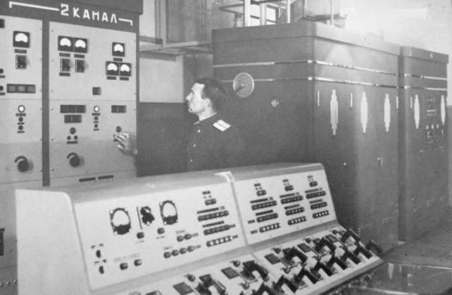 Na pierwszym planie pulpit sterowania pracą stacji B-200.
