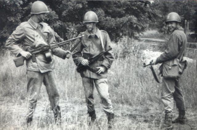Obóz taktyczny - lipiec 1969. Od lewej: Zbigniew Przęzak, Ryszard Sienkiewicz i Włodzimierz Drewnik.