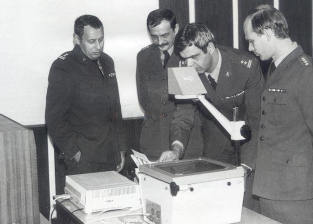 Odprawa kadry technicznej SUiE w Poznaniu (23.10.1989). Od lewej: ppłk Sokół, kpt. Wiesław Winiarski, ppłk Zbigniew Przęzak i kpt. Bogdan Sowa.