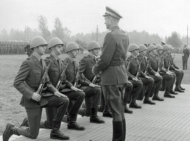 Promocja na pierwszy stopień oficerski. Pierwszy z lewej ppor. Zbigniew Przęzak, czwarty z lewej ppor. Lech Ziółkowski.