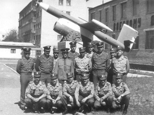 Aszułuk 1988. Od lewej w pierwszym rzędzie: chor. R. Pilarczyk, sierż. K. Rudnicki, sierż. J. Chmielewski, sierż. M. Gołębiowski, chor. G. Pluta i chor. K. Gryglas. Od lewej w drugim rzędzie: por. J. Matusiak, mjr M. Dering, por. T. Bajek, mjr G. Sołowiew, por. C. Hrut, ppłk A. Brzeziński, por. Z. Brzeziński, ppłk Z. Przęzak, Brak danych i kpt. K. Przyk.