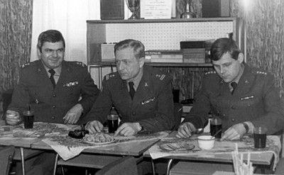 Od lewej: ppłk Zbigniew Przęzak, ppłk Zbigniew Parol i kpt. Krzysztof Przyk.